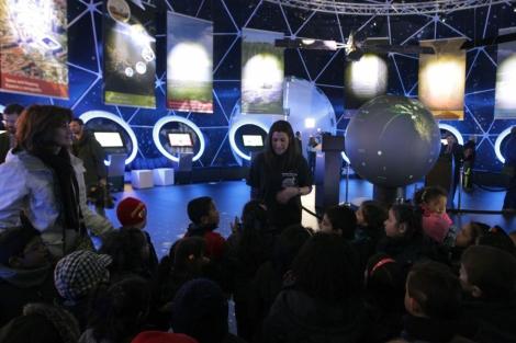 Varios niños visitan la exposición 'Espacio Europeo'. | Paco Toledo