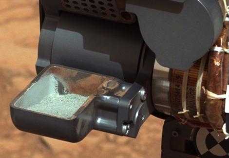 Imagen de la primera prueba de polvo extraído de la roca perforada. | NASA