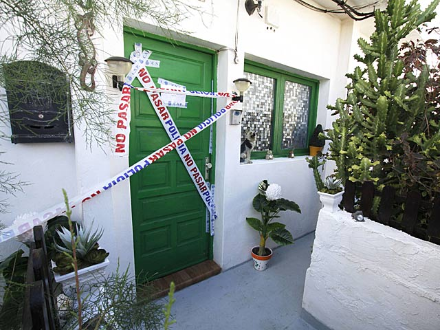 Entrada al domicilio donde se encontró la bolsa con restos óseos en Tinajo, Lanzarote.   Martínez Crispán / Efe