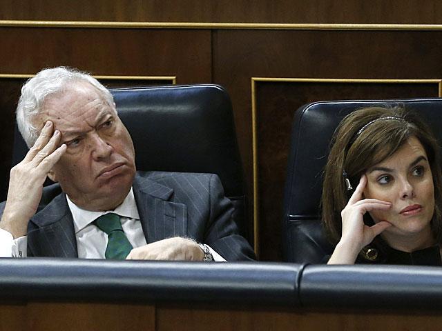 García-Margallo, junto a Soraya Sáenz de Santamaría, ayer en el Congreso. | Efe