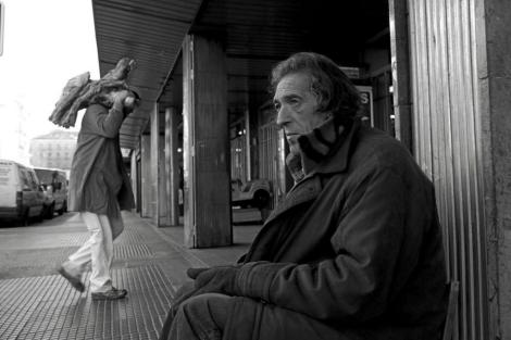 Un 'sin techo' en la puerta de un mercado de Madrid. | Antonio Heredia.