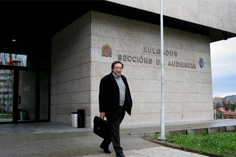 Manuel Estévez Molares saliendo de los Juzgados. | Rosa González