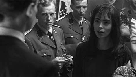 Niusia (Magdalena Dandourian), instantes antes del beso de Schindler en el filme.