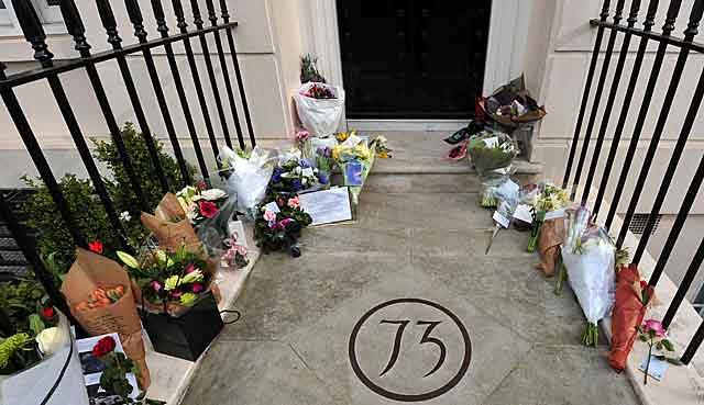Ramos de flores a las puertas de la casa de Margaret Thatcher. | Afp