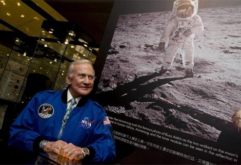 Buzz Aldrin en una exposición sobre el viaje a la Luna. | Xinhua