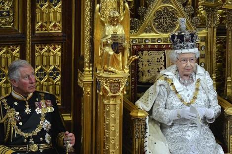 El príncipe Carlos y la reina Isabel II, en la apertura del Parlamento. | Reuters