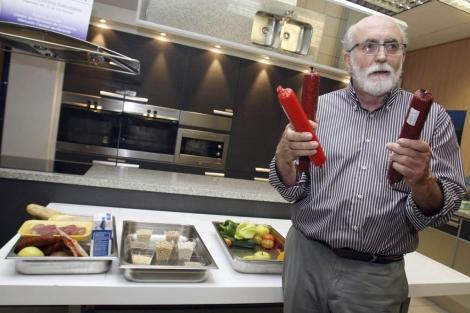 Jesús Pagán, cogerente de la empresa creadora, muestra los 'tubos' de comida. | Efe
