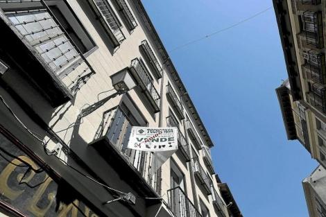 Cartel de 'Se vende' en el balcón de un piso de Madrid. | Bernardo Díaz