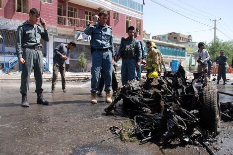 La policía afgana, en el lugar del atentado en Kabul. | M. Bernabé