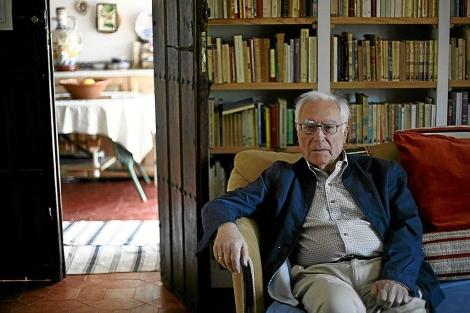 El escritor Aquilino Duque, fotografiado en su domicilio en Sevilla. | Esther Lobato