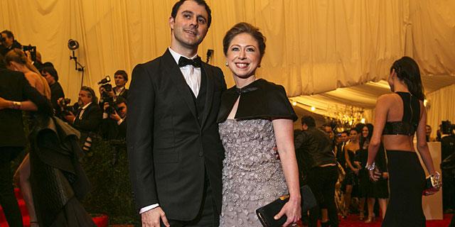 Chelsea Clinton y su marido, Marc Mezvinsky, en la gala del MET de Nueva York. | Reuters