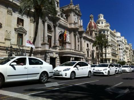 Decenas de taxis frente a la fachada del Ayuntamiento de Valencia. | F.A.