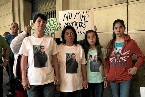 Familiares del joven fallecido en Sevilla-I, durante una protesta en el juzgado. | Jesús Morón