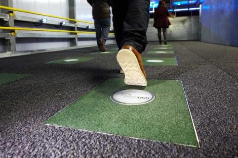 Instalación de las baldosas inteligentes en Londres 2012.   Pavegen