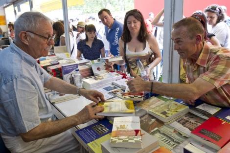 Eduardo Mendoza, firmando ejemplares en la pasada edición de la Feria del Libro. | G. Arroyo