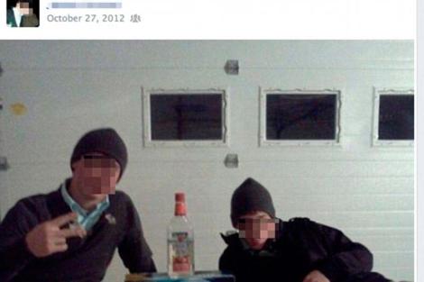Dos jóvenes Amish junto a varias cajas de alcohol. VEA MÁS IMÁGENES
