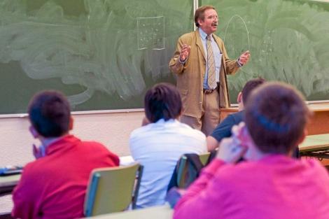 Un profesor da clase en un colegio de Madrid. | Gonzalo Arroyo