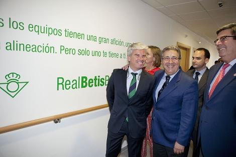Juan Ignacio Zoido y el presidente del Betis inauguran una residencia para deportistas. | Conchitina