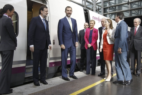 El príncipe Felipe y el resto de autoridades la inauguración del AVE Alicante-Madrid | A.Cuéllar