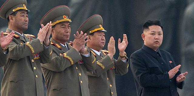 Kim Yong-un con parte de su cúpula militar