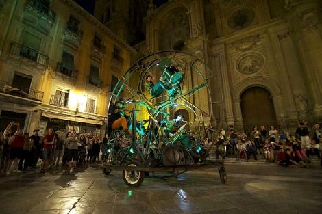 El 'Rodafonio' de la Compañía Circular, en la plaza de las Pasiegas de Granada. | J. G. Hinchado