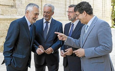 Valderas, Griñán y Manuel Gracia, junto al nuevo defensor en el Parlamento. | Efe