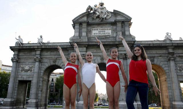 Exhibición de gimnasia en la Puerta de Alcalá. | Javier Barbancho