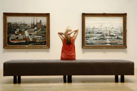 Una empleada del museo posa frente a algunas de las piezas de la exposición. | Reuters