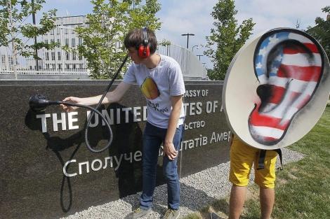 Activistas participan en una manifestación contra el espionaje gubernamental | Efe