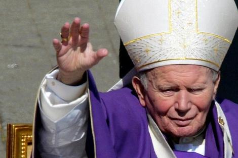 El Papa Juan Pablo II saluda a sus fieles. | Reuters