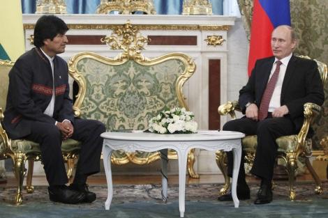 Evo Morales junto al presidente ruso, Vladimir Putin, en Moscú. | Afp
