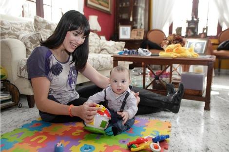 La medallista Irene Villa juega con su hijo. | Seven