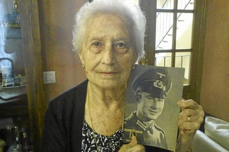 Trinidad sostiene una foto de su hermano Eugenio vestido de soldado. | E. del Campo