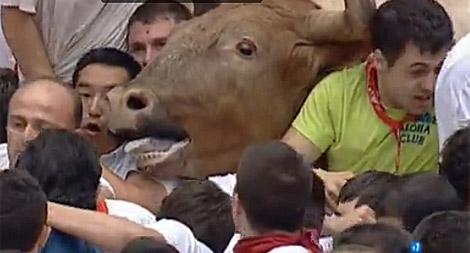 Momento en el que los toros no pueden entrar en la plaza de Pamplona por el tapón. | RTVE