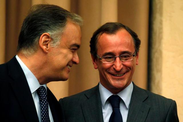 González Pons (izda) y Alonso, en el Congreso ante la petición comparecencia de Rajoy por el 'caso Bárcenas'. | E.M