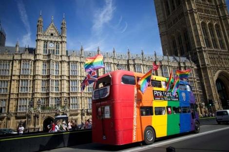 Un autobús con la bandera gay frente al Parlamento británico. | Afp