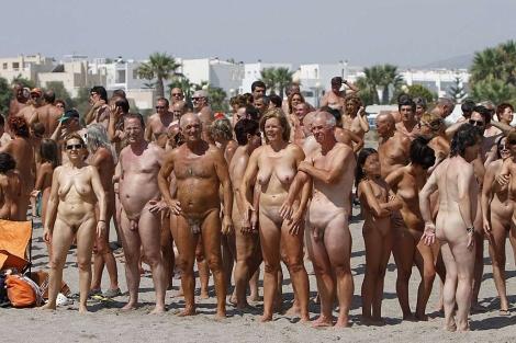 Un grupo de nudistas en Vera tratando de batir el récord Guinness. | Efe