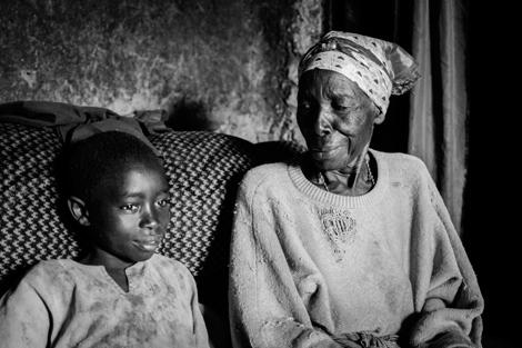 Joseph, con su abuela. | Raquel Villaécija [VEA MÁS FOTOS]