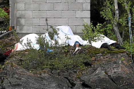 Varias víctimas de Breivik yacen en la isla de Utoya. | Reuters