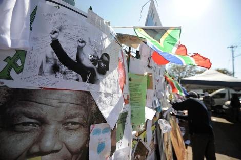 Mensajes para Mandela y fotos del ex presidente sudafricano, en Pretoria. | Afp