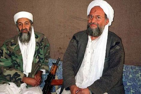 Osama bin Laden, sentado junto a su sucesor Aymán al-Zawahiri (derecha). | Reuters