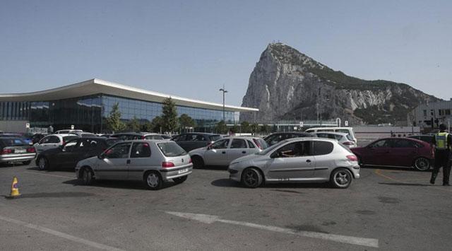 Largas colas en la frontera con Gibraltar.| El Mundo