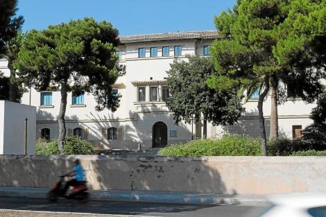 Vista de la parte lateral del edificio del Psiquiátrico de Palma. | Jordi Avellà.