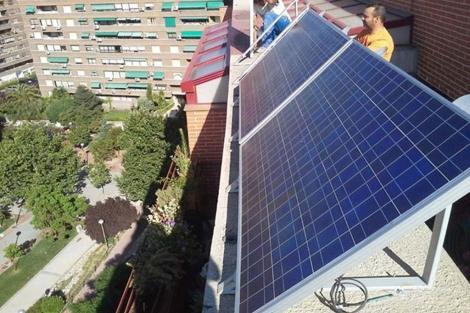 Iñaki Alonso desmontando los paneles solares de su terraza. | Iñaki Alonso