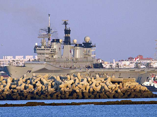 El portahelicópteros en la base naval de Rota. | Román Ríos / Efe