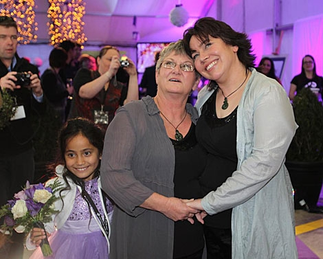 La primeras mujeres gays casadas del país, Lynley Bendall y Ally Wanikau. | Afp