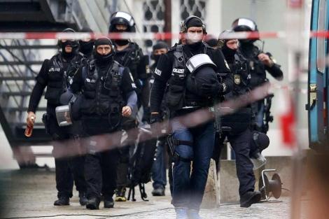 La policía alemana ha establecido un fuerte dispositivo en torno al ayuntamiento. | Reuters