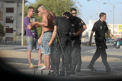 La Policía identifica a varios jóvenes en los alrededores de las Tres Mil.   Jesús Morón
