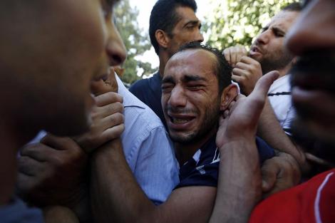 Un familiar llora la muerte de uno de los palestinos en Ramala. | Reuters