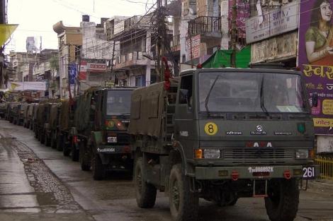 Vehículos militares indios vigilan el norte de la India tras las revueltas. | Reuters